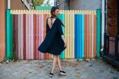 Manier mooie vrouw die door de straten van Oude Stad lopen Stock Afbeelding