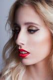 Manier mooie vrouw met blond krullend haar royalty-vrije stock fotografie