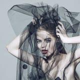 Manier mooie vrouw onder de zwarte sluier Royalty-vrije Stock Afbeeldingen