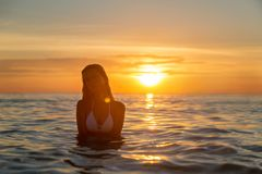 Manier openluchtfoto van sexy mooi meisje met blondehaar in het elegante witte bikini ontspannen op het overzees royalty-vrije stock foto