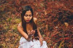 Manier schitterende jonge vrouw in mooie witte kleding in een sprookje bos magische atmosfeer Stock Foto's