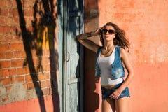 Manier sexy donkerbruin meisje die zonnebril dragen straatmanier van Royalty-vrije Stock Foto