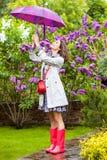 Manier, stijl Mooie vrouw met paraplu in de tuin van de regenbloesem stock afbeeldingen