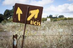 Manier van de gele pijl van Heilige James om op een weg (fietsen aan het recht) in het platteland te wijzen Royalty-vrije Stock Afbeelding