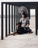 Manier van een vrouw met zwarte hond wordt geschoten die Royalty-vrije Stock Afbeelding