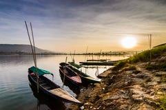 Manier van het leven langs de twee-Gekleurde rivierbank Stock Afbeeldingen