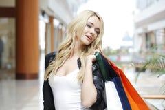 Manier winkelende vrouw Royalty-vrije Stock Afbeeldingen