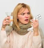 Manieren om betere snelle Hoofdpijn en griepremedies te voelen Doe griep van de hand De warme sjaal van de vrouwenslijtage omdat  royalty-vrije stock foto