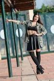 Manierfoto van een dame die legerjasje dragen Royalty-vrije Stock Foto's