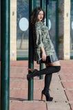 Manierfoto van een dame die legerjasje dragen Royalty-vrije Stock Afbeeldingen
