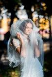 Manierfoto van een mooie bruid Gelukkige bruid in een modieuze witte kleding Modieuze huwelijksbruid met boeket en verbazend mode royalty-vrije stock foto