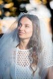 Manierfoto van een mooie bruid Gelukkige bruid in een modieuze witte kleding Modieuze huwelijksbruid met boeket en verbazend mode royalty-vrije stock foto's