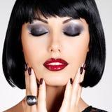 Manierfoto van een mooie donkerbruine vrouw met geschoten kapsel Royalty-vrije Stock Afbeeldingen