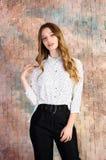 Manierfoto van jong mooi vrouwelijk model in kleding royalty-vrije stock afbeeldingen