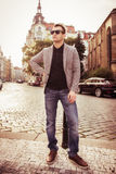 Manierfoto van mens het stellen in jasje en jeans bij de stad Royalty-vrije Stock Fotografie