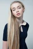 Manierfoto van mooi vrouwelijk model in kostuum en natur Royalty-vrije Stock Foto's