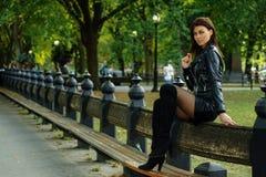 Manierfoto van mooie donkerbruine vrouw openlucht in de herfst Stock Fotografie