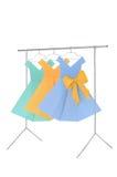 Manierkleren: poppenrek en hangers van draad met damesdocument kleding wordt gemaakt die Royalty-vrije Stock Foto