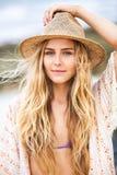 Manierlevensstijl, Aantrekkelijke vrouw in hoed stock foto
