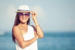 Manierlevensstijl, Mooi meisje op het strand bij Royalty-vrije Stock Afbeeldingen