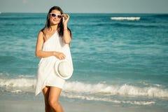Manierlevensstijl, Mooi meisje op het strand in de dagtijd Stock Afbeelding