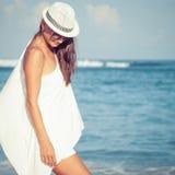 Manierlevensstijl, Mooi meisje op het strand in de dagtijd Royalty-vrije Stock Fotografie