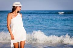 Manierlevensstijl, Mooi meisje op het strand in de dagtijd Stock Foto