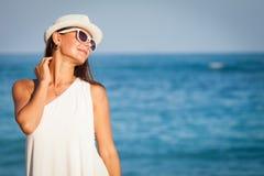 Manierlevensstijl, Mooi meisje op het strand in de dagtijd Royalty-vrije Stock Afbeeldingen