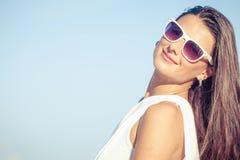Manierlevensstijl, Mooi meisje op het strand in de dagtijd Stock Afbeeldingen