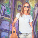 Manierlevensstijl, Mooie jonge blondevrouw met skateboard Royalty-vrije Stock Foto