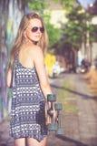 Manierlevensstijl, Mooie jonge blondevrouw met skateboard Stock Foto's