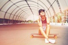 Manierlevensstijl, mooie jonge vrouw met longboard royalty-vrije stock foto