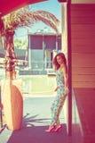 Maniermeisje in dag van de jumpsuit de hete zomer royalty-vrije stock afbeeldingen