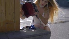 Maniermeisje die in haar beurs doorzoeken stock video