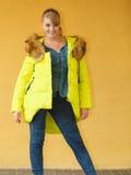 Maniermeisje in het jasje van de citroenkleur royalty-vrije stock afbeeldingen