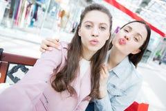 Maniermeisjes die lippen voor selfie tuiten stock fotografie