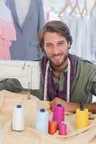 Manierontwerper die naaimachine met behulp van Stock Foto