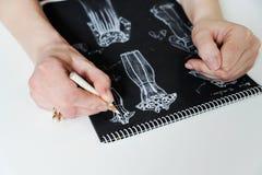 Manierontwerper die schets van de kleding creëren royalty-vrije stock afbeeldingen