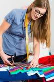 Manierontwerper of kleermaker die in studio werken Royalty-vrije Stock Foto