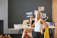 Manierontwerpers die in studiozitting aan het bureau werken Stock Foto's