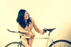 Manierportret in studio van het mooie jonge Aziatische het glimlachen vrouw voelen gelukkig in het succesleven stock foto