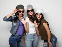 Manierportret van beste vriend van drie de modieuze sexy hipstermeisjes stock afbeelding