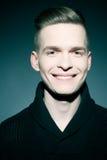 Manierportret van de glimlachende elegante jonge en knappe mens Royalty-vrije Stock Afbeelding