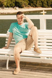 Manierportret van de knappe mens op bank openlucht royalty-vrije stock fotografie