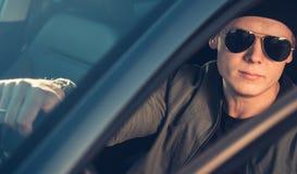Manierportret van de modieuze jonge mens in de auto royalty-vrije stock foto's