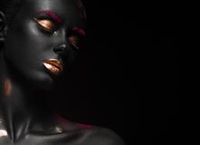Manierportret van een donker-gevild meisje met kleur Stock Afbeeldingen