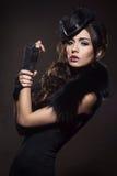 Manierportret van een donkerbruine vrouw in zwarte kleren royalty-vrije stock fotografie