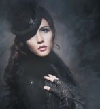 Manierportret van een donkerbruine vrouw in zwarte kleren royalty-vrije stock foto