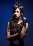 Manierportret van een donkerbruine vrouw in zwarte kleren royalty-vrije stock afbeelding