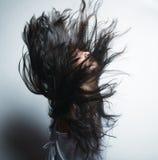 Manierportret van een meisje met haar die licht in w fladderen royalty-vrije stock foto's